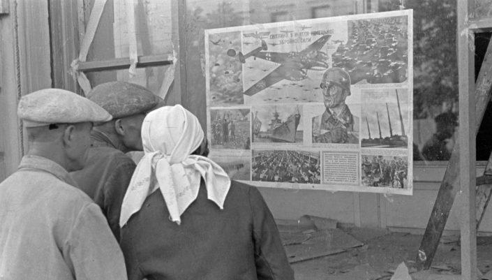 societies under german occupation - Ukrainian citizens standing in front of a German propaganda poster (1941), Bildarchiv Herder-Institut Inv.nr. 146847