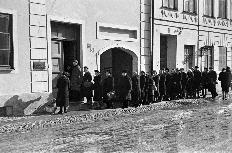 """societies under german occupation - Queue of """"Postimees""""-customers in Estonia in spring 1943, Bildarchiv Herder-Institut Inv.nr. 156159"""